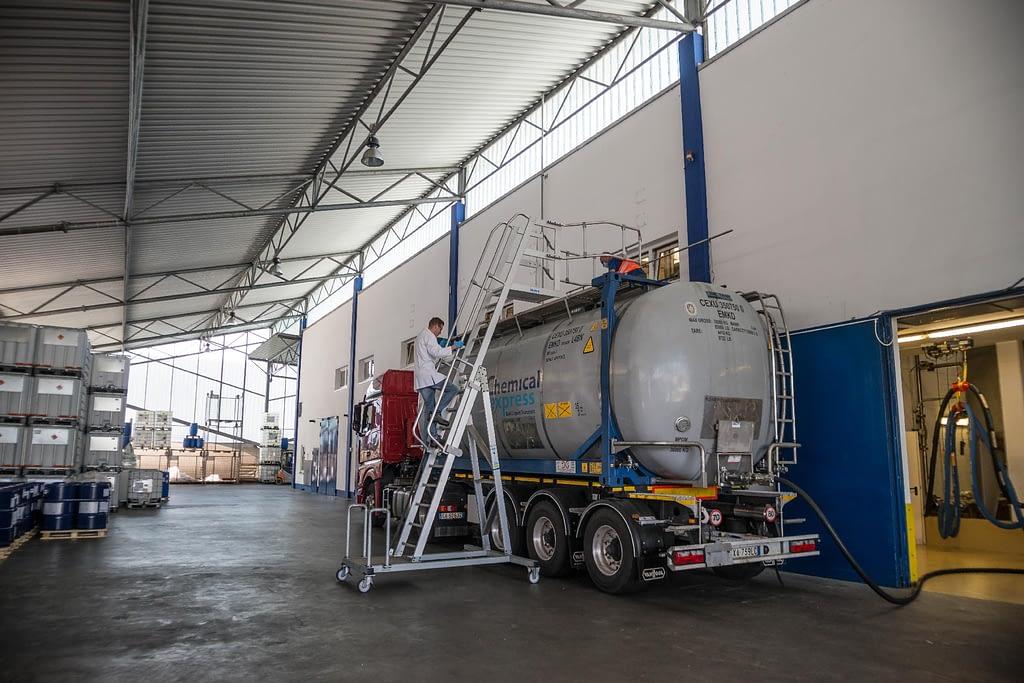 Tankzugbeladung direkt aus dem Tank, Labor-MA prüft Tankzug auf Sauberkeit